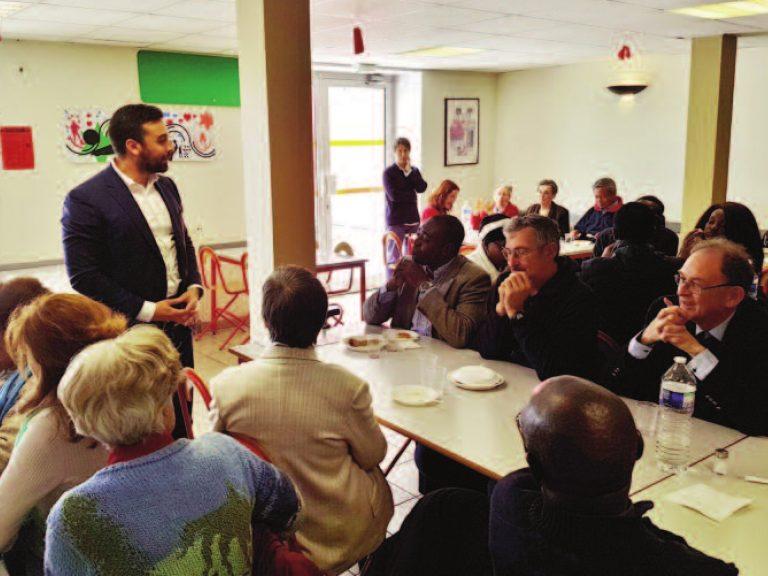 A gauche debout, le maire renouvelle son engagement de responsabilité
